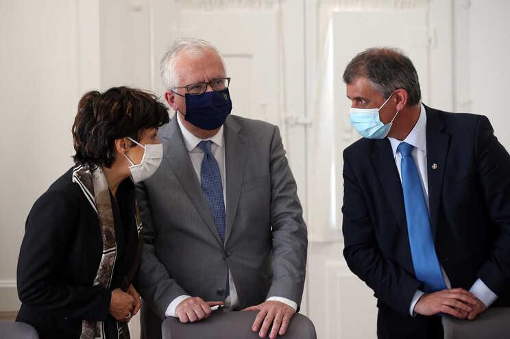 O ministro da Administração Interna, Eduardo Cabrita (C), e a ministra da Agricultura, Maria do Céu Antunes
