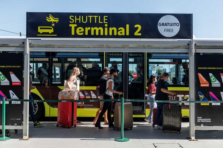 Os passageiros vindos do Brasil e do Reino Unido vão deixar de estar sujeitos a um período de isolamento