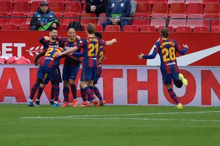 Barcelona vence em Sevilha e sobe provisoriamente ao segundo lugar