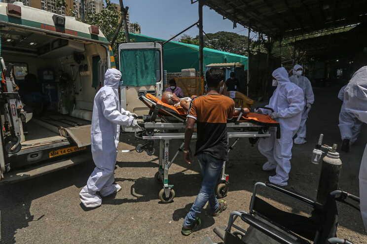 Serviços de saúde na Índia estão sobrecarregados devido a pandemia