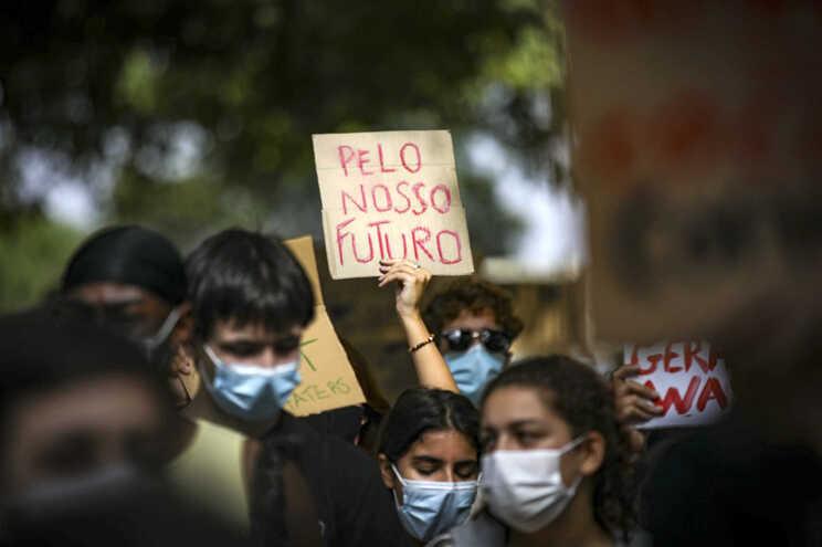 A greve climática estudantil levou esta sexta-feira à rua em Lisboa cerca de 200 pessoas