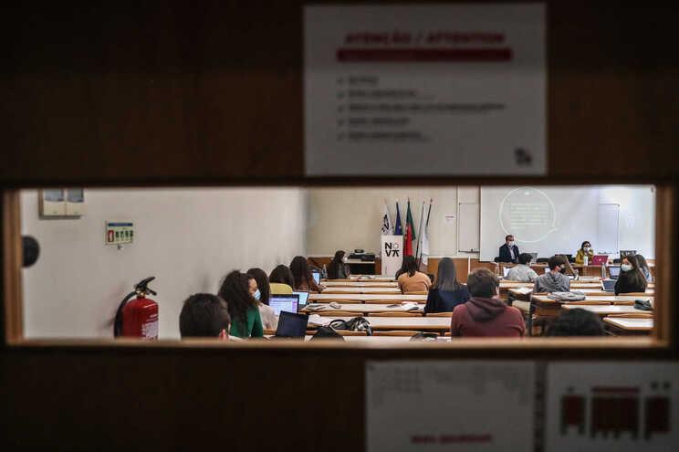 Máscaras, circuitos e horários alargados: Governo divulga normas para ano letivo no Ensino Superior