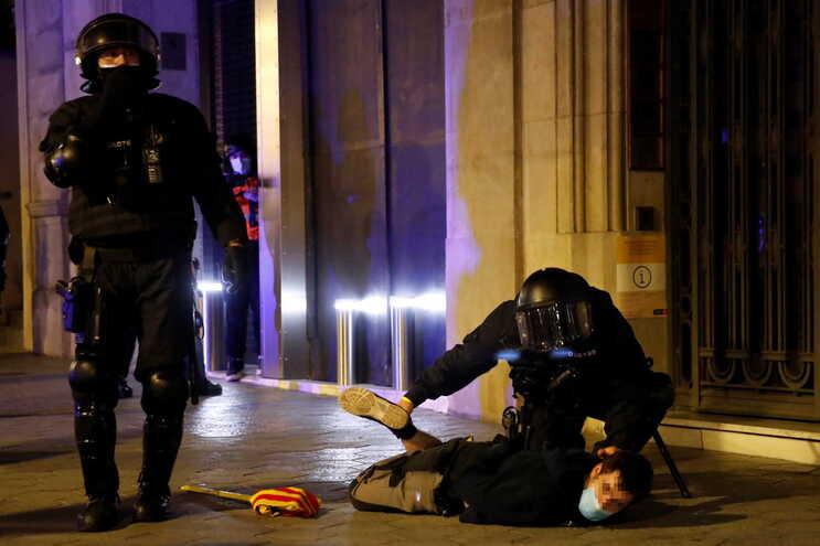 Dos 102 detidos, 70 são adultos e 32 menores, segundo a polícia catalã