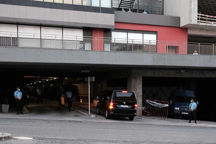 Luís Filipe Vieira entrou na esquadra sob detenção, no interior de uma carrinha Volkswagen Multivan,