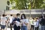 Alunos à saída do exame na escola secundária Mário Sacramento, em Aveiro