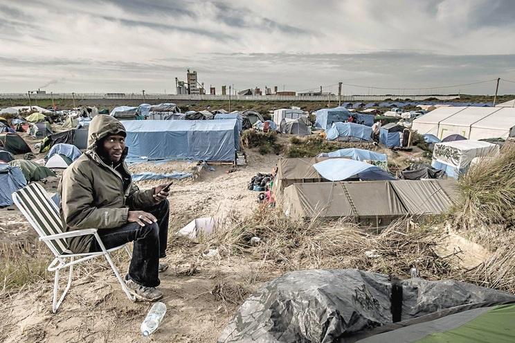 """Um migrante sudanês, num campo de refugiados na zona de Callais, França, em 2015, conhecido como """"a selva"""""""