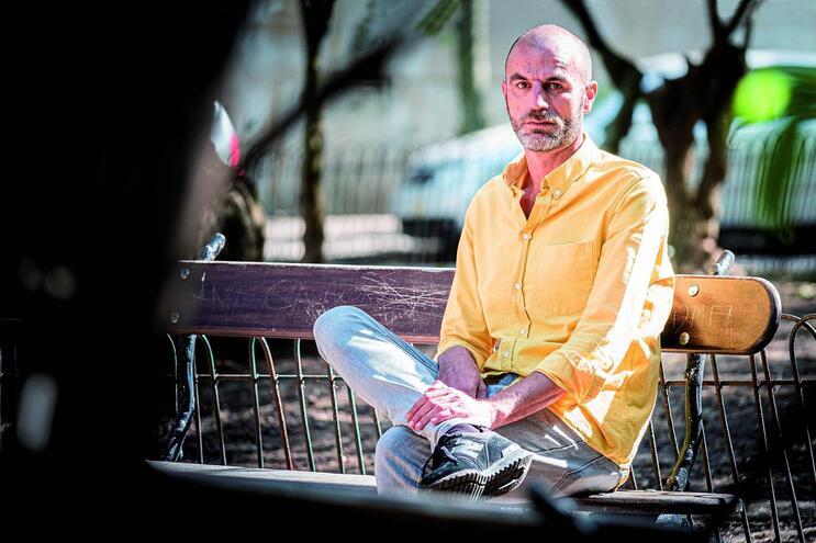 Sandro Gonçalves, 47 anos, repreendeu uma aluna que não estava a trabalhar. Pouco depois, a mãe da jovem