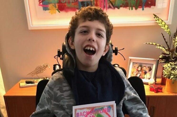 Noah começou a pintar em pedaços de cartão e o pai partilhou as imagens na rede social Instagram