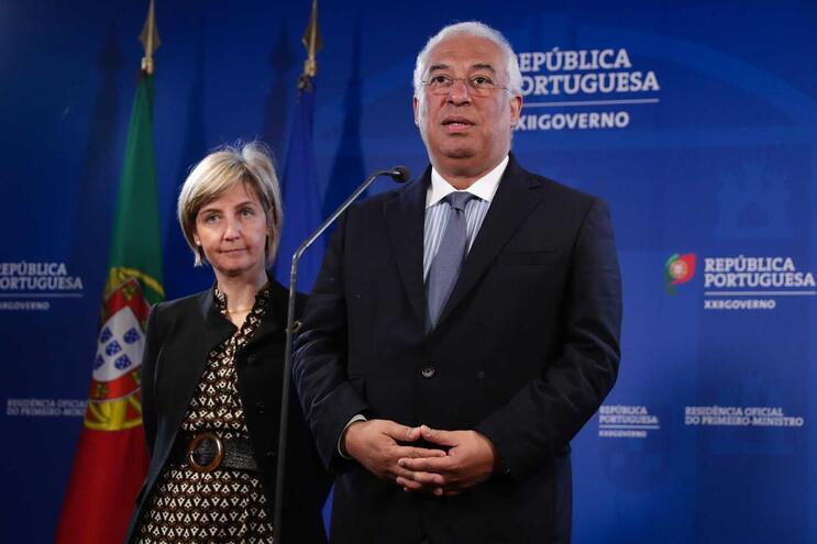 O primeiro-ministro, António Costa, acompanhado pela ministra da Saúde Marta Temido, fala à imprensa