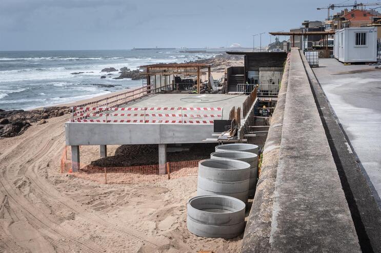 Construção em betão na Praia do Ourigo, na Foz