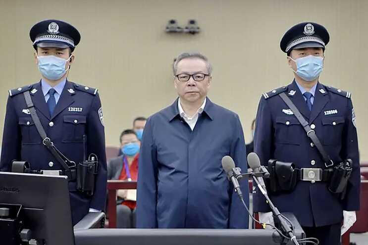 Lai Xiaomin (ao centro) foi condenado à morte por um tribunal de Tianjin, no norte do país
