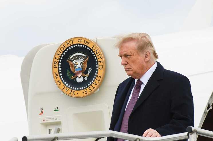 Donald Trump viajou com uma colaboradora que está infetada