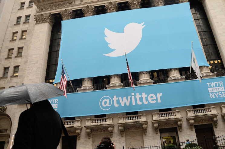 Twitter suprime 70 mil contas de movimento conspiracionista a favor de Trump