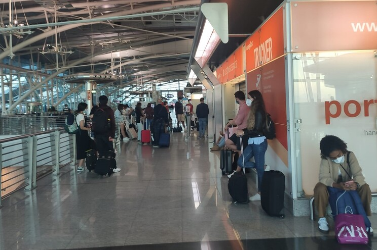 Centenas de pessoas aguardaram por assistência da Easyjet que não chegou, reclamam passageiros.