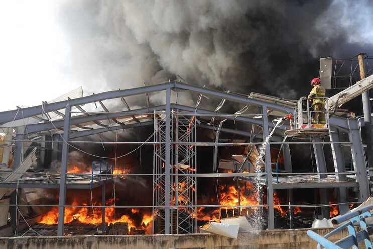 Um grande incêndio eclodiu, esta quinta-feira, no porto de Beirute, causando pânico entre os residentes