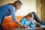 Há quase um ano, as famílias com crianças e jovens em idade escolar foram surpreendidas com a imposição
