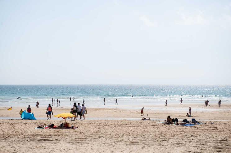 Semáforos mantêm-se mas praias vão receber mais banhistas este verão