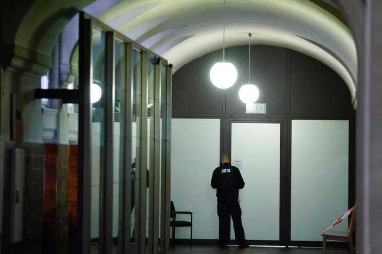 Um segurança verifica as portas do tribunal em Berlim, no início do julgamento de Vadim K., esta quarta-feira
