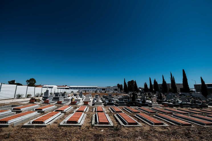 No cemitério de Reguengos de Monsaraz é visível o impacto do numero de mortes no lar
