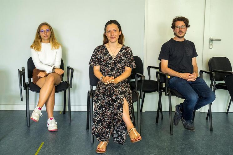Ines Abdallah e Daniele Cianflone (voluntários), com Jerusa Lopes ao centro
