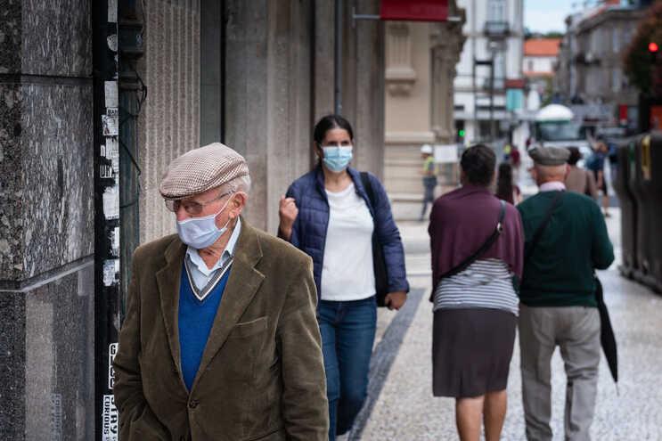 Aposta na prevenção leva maioria a manter uso de máscara na rua