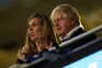 Boris Johnson, acompanhado da mulher, Carrie Johnson, condenou os ataques racistas