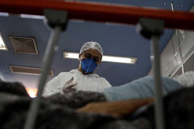 Doente com infeção prolongada de covid-19 esteve grande parte do tempo hospitalizado
