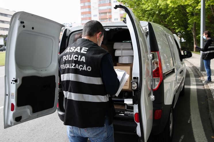 Um elemento da Autoridade de Segurança Alimentar e Económica (ASAE) durante uma operação nacional de
