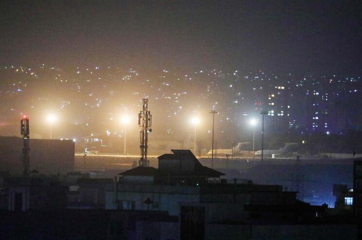 Americanos deixam Cabul aos talibãs