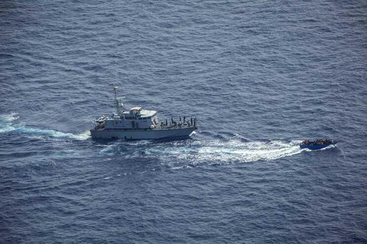 """""""Sea-Watch"""" resgatou 257 migrantes no Mediterrâneo e aguardava desembarque há vários dias"""