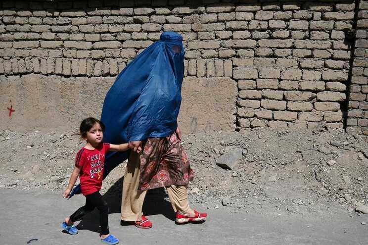 Mulheres de burca voltaram a ser uma imagem comum nas ruas de Cabul