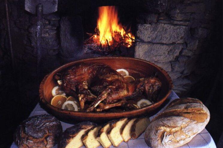 Alguns dos pratos locais que serão possíveis degustar são o cabrito à Ortiga, o carneiro guisado e os