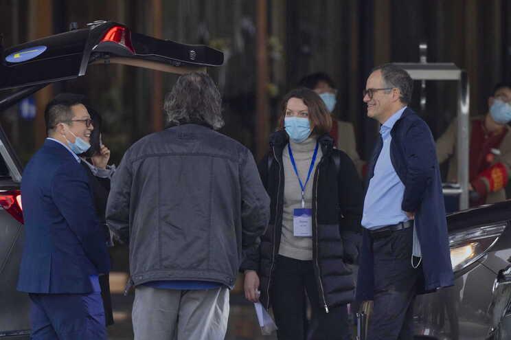 Cientistas da OMS a sair de Wuhan, na China