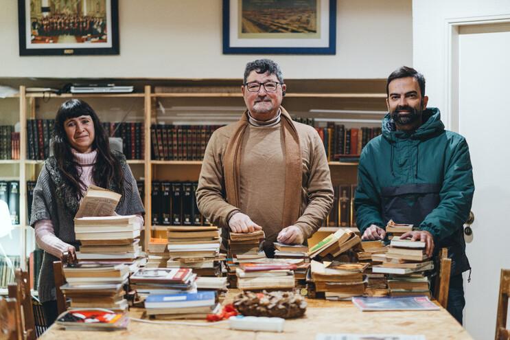 Vânia Boavida (voluntária), Ricardo Salomão (presidente) e Nuno Ramos (programador) na biblioteca da