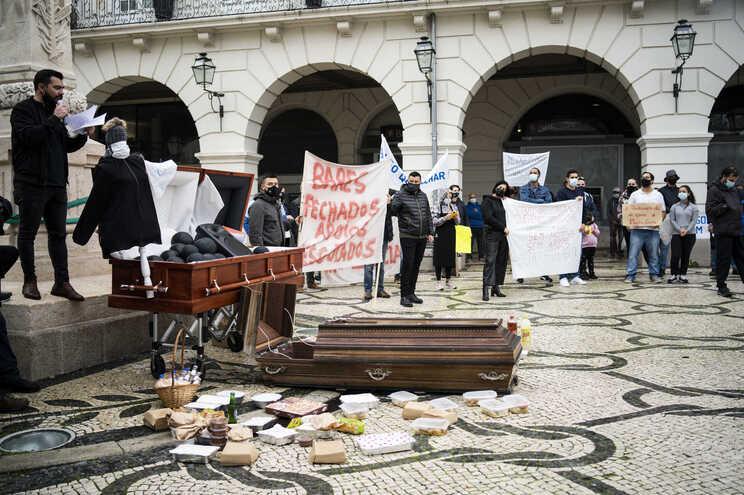 """Comida em caixões simboliza """"morte"""" dos restaurantes de Aveiro"""