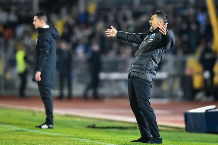 """Sérgio Conceição quer """"melhorias na arbitragem e no VAR"""" no clássico com o Benfica"""