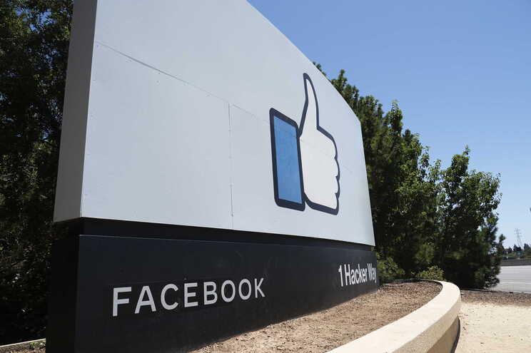 O Instagram e o WhatsApp estão entre as cerca de 70 empresas que o Facebook adquiriu nos últimos 15 anos