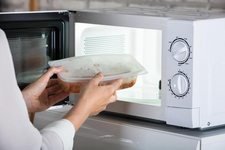 Alimentos e objetos que nunca deve pôr no microondas