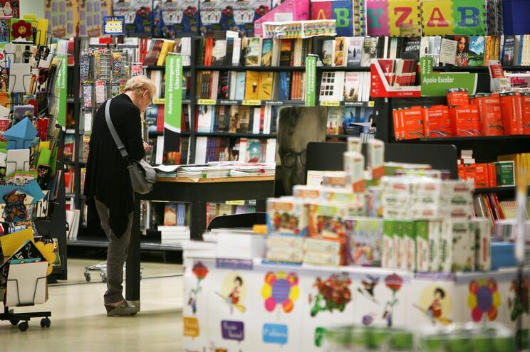 A partir de hoje, não pode comprar roupa ou livros nos supermercados
