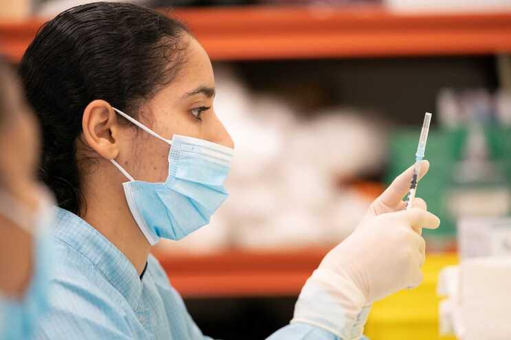 Os 38 mil participantes no ensaio da vacina tiveram um acompanhamento clínico médio de dois meses
