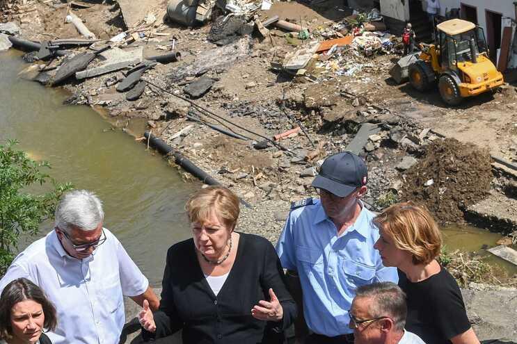 Angela Merkel visitou várias zonas afetadas na região da Renânia-Palatinado