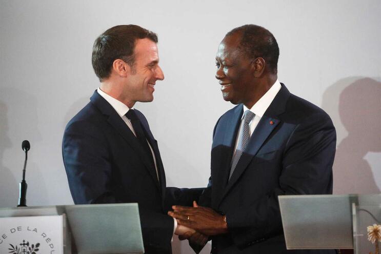 O presidente da Costa do Marfim, Alassane Ouattara (direita) cumprimenta o homólogo francês, Emmanuel