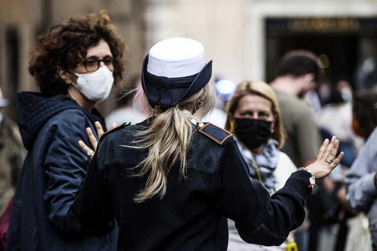 Desde o início da pandemia, Itália contabiliza 325.329 casos de pessoas que ficaram infetadas pelo novo