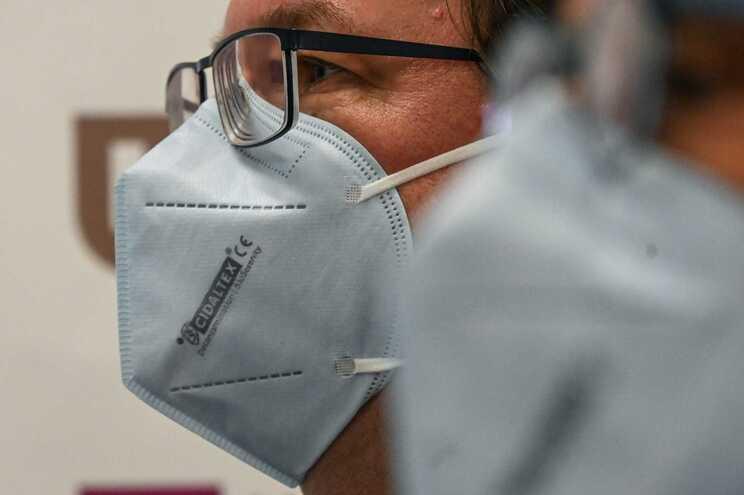 """Estudo conclui que níveis elevados de humidade """"atenuam a gravidade da gripe"""", o que pode ser aplicado"""