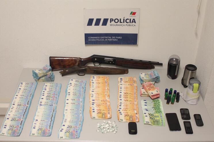 Polícia apreendeu ao detido droga, armas e mais de 50 mil euros