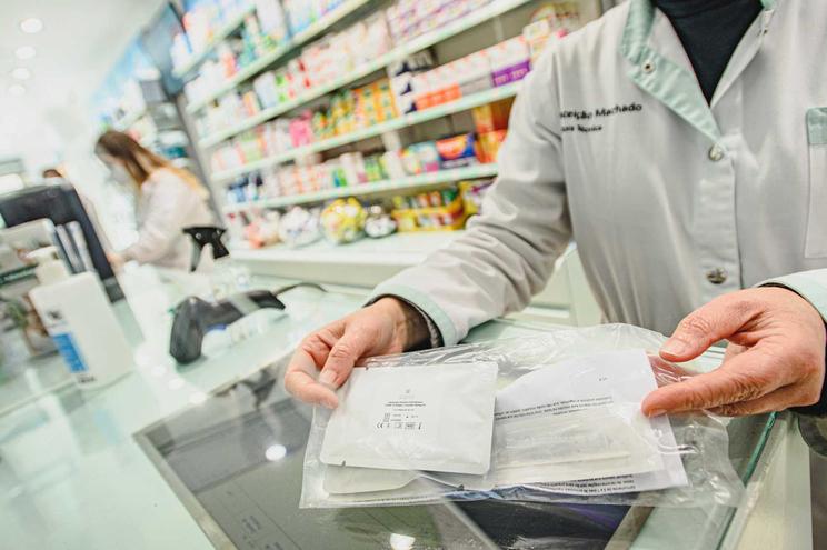 Os testes começaram a ser distribuídos nas farmácias e parafarmácias no dia 2 de abril