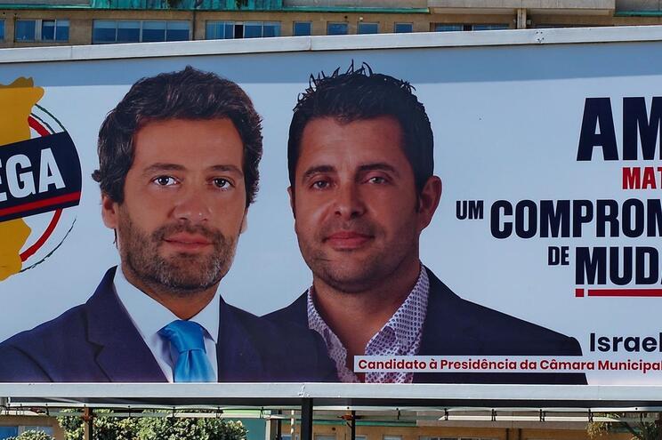 André Ventura ao lado do candidato a Matosinhos