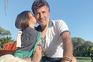 Tony Carreira já em casa com a neta