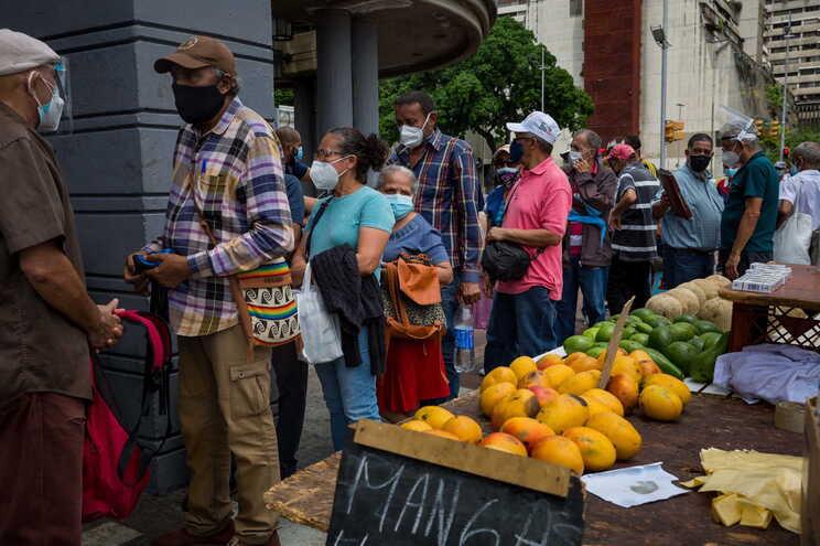 No sábado, centenas de venezuelanos ficaram horas em fila