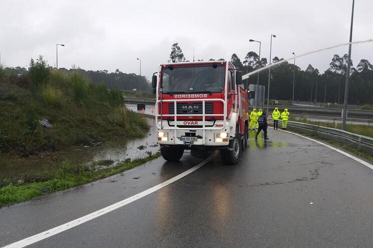 """Lençol de água """"corta"""" saída da A29 em Maceda"""